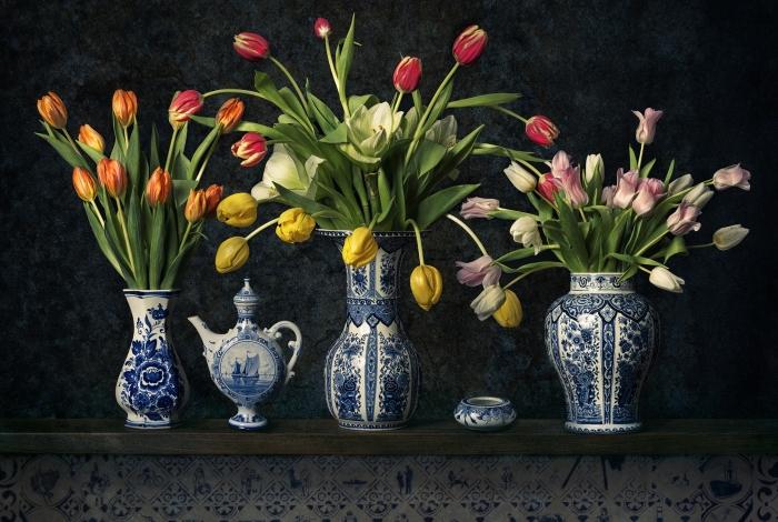 Stilleven met Delfts Blauwe vazen en tulpen