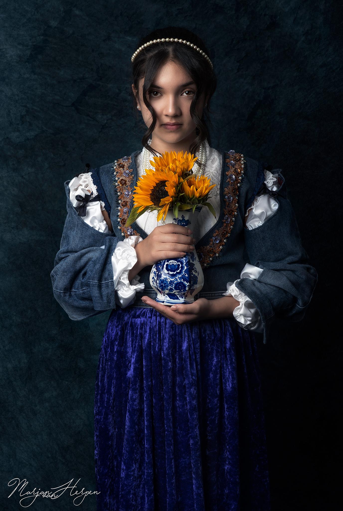 Fineart portret van meisje met delftsblauwe vaas met zonnebloem