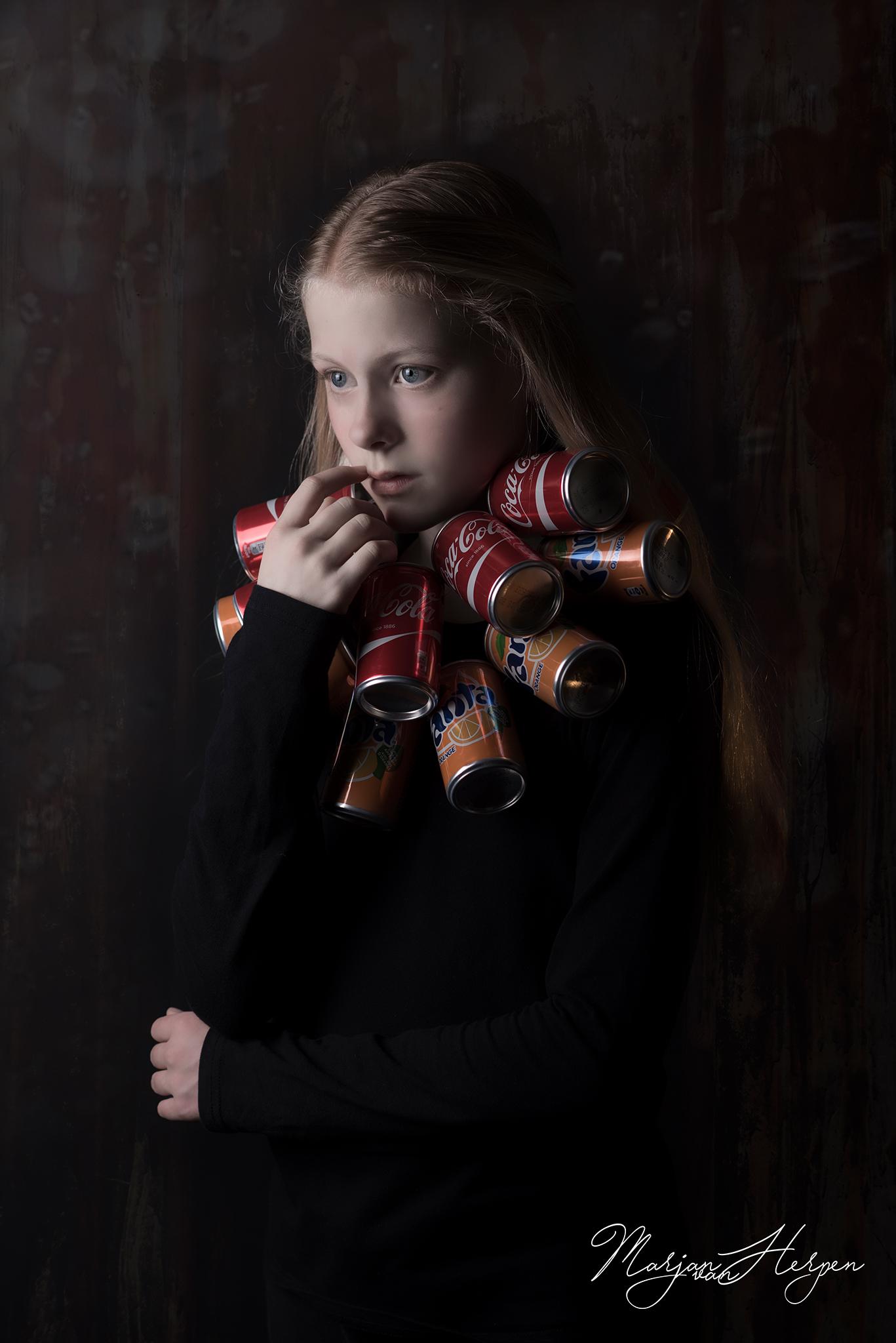 kinderportret van meisje met kraag van colablikjes
