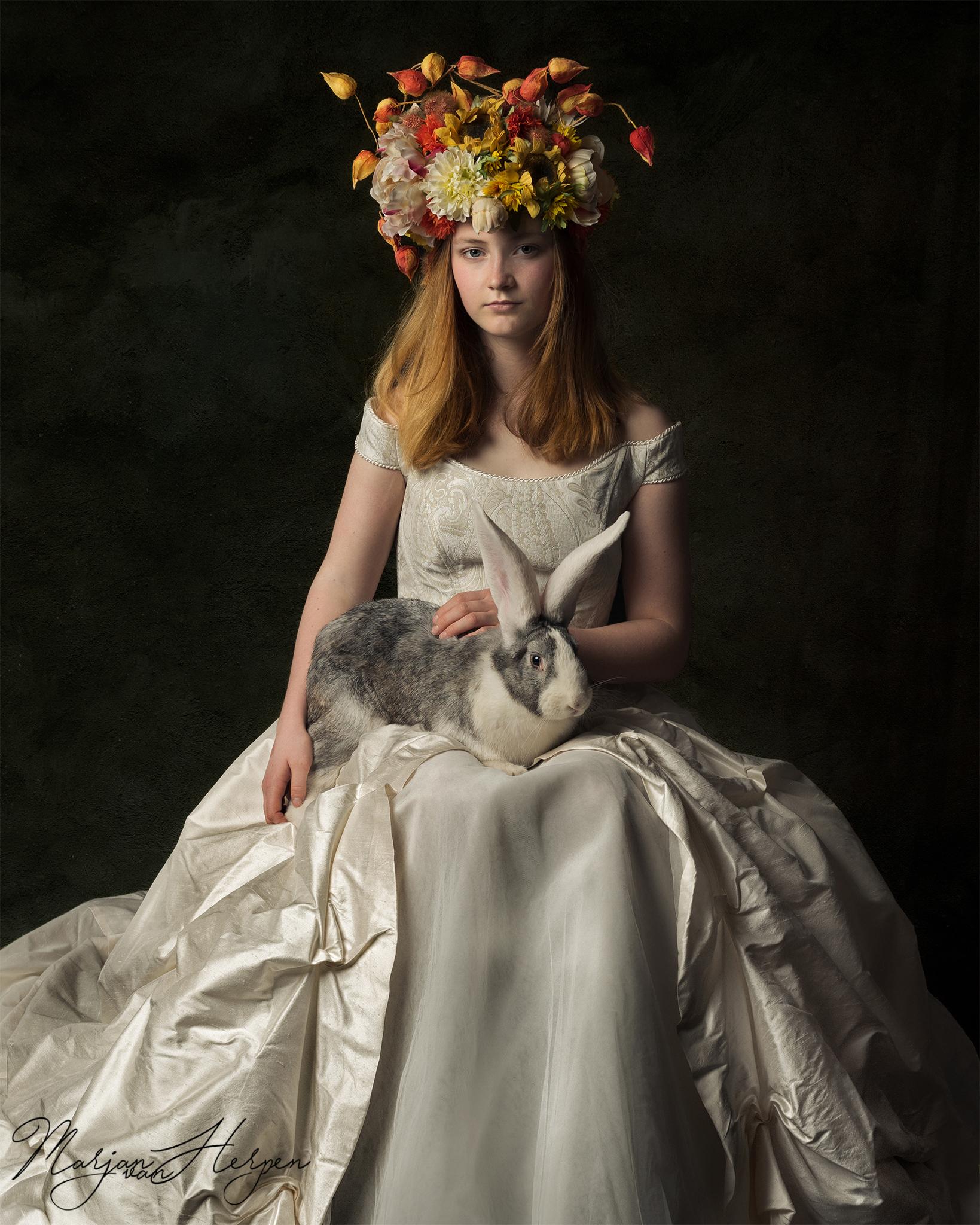 fineart kinderportret van meisje met bloemenhoofdtooi en konijn op haar schoot