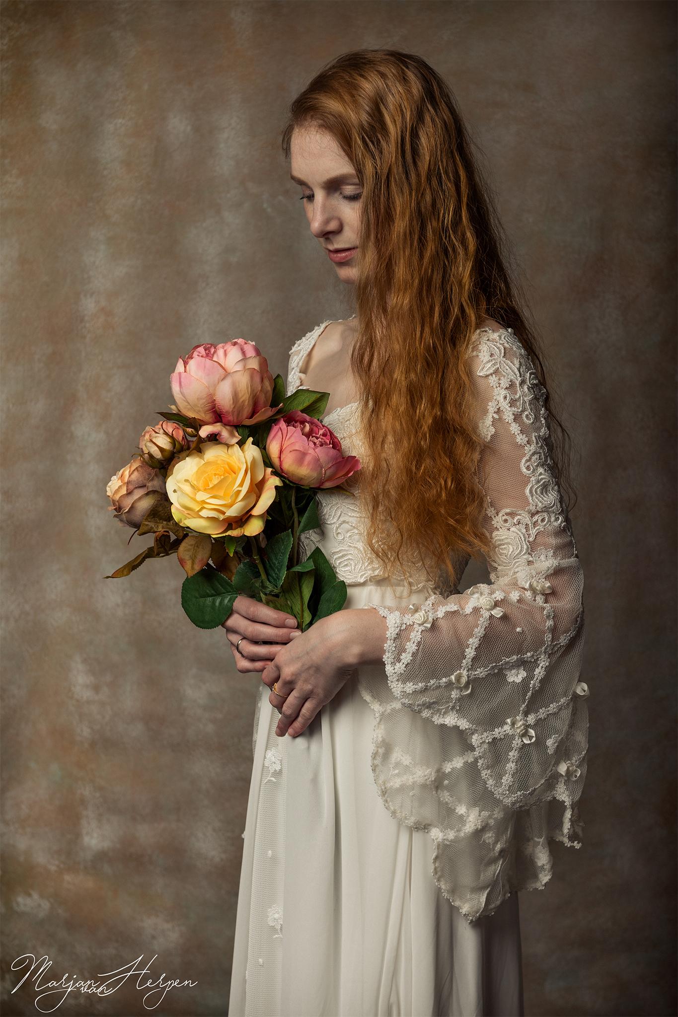 Voorbeeld van een te boeken fotoshoot van jongedame met bos bloemen