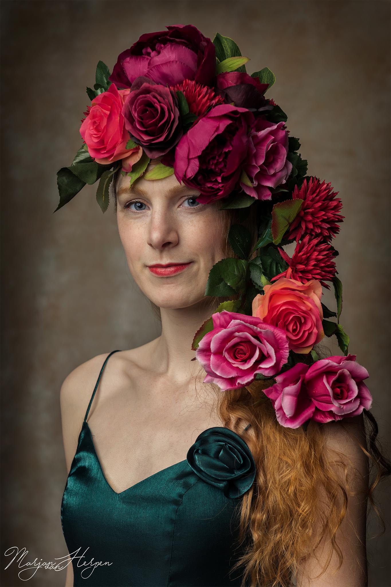 Fineart portret van jongedame met bloemenhoofdtooi