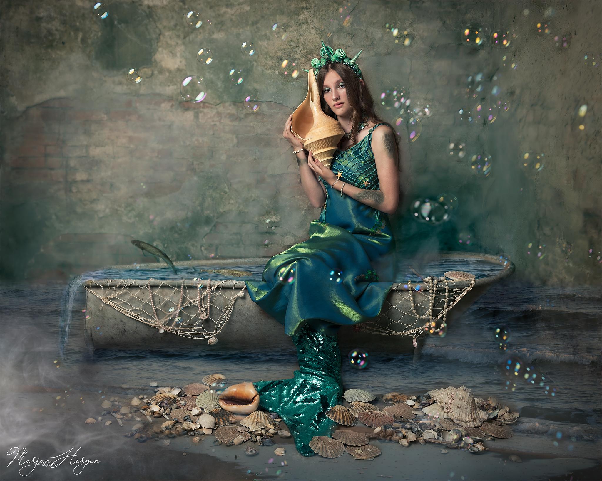 Fine-art fotoshoot van meisje met zeemeermin kostuum